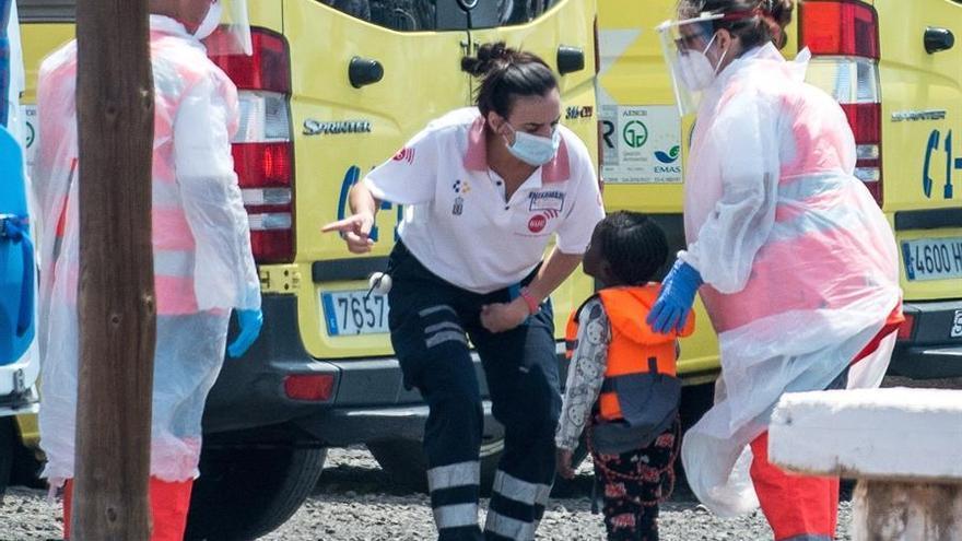 La embarcación Salvamar Al Nair ha rescatado a unas 20 millas de la costa de Arrecife, en Lanzarote, a una patera con 49 personas a bordo, entre ellas unas 15 mujeres y 4 niños, todos subsaharianos