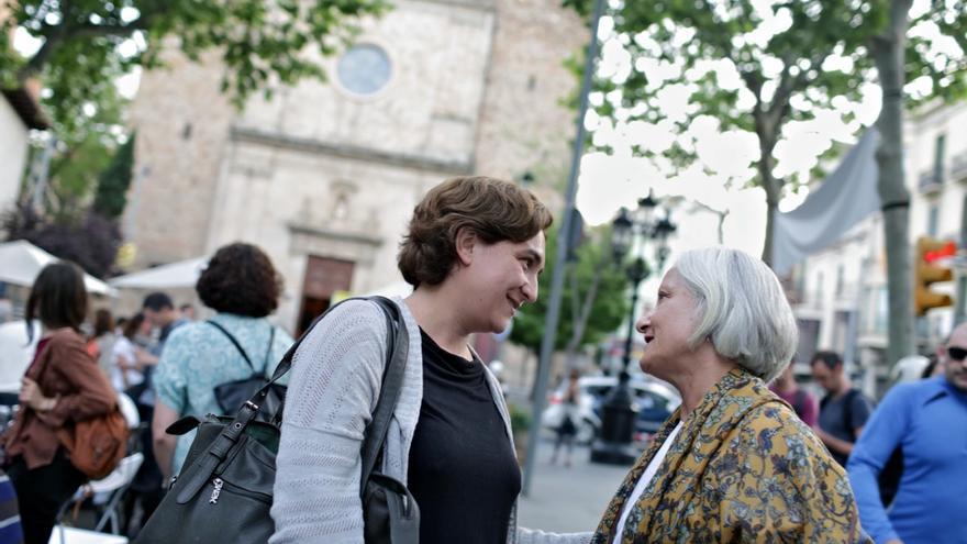 Ada Colau charla con una vecina de Sarrià tras un mitin en el barrio / ENRIC CATALÀ