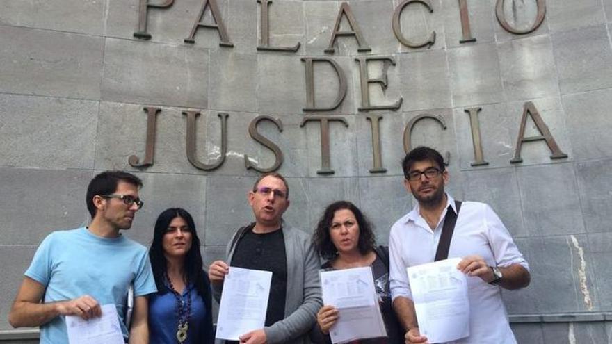 Los miembros de Podemos en el Cabildo tinerfeño, con el escrito de calificación provisional de acusación