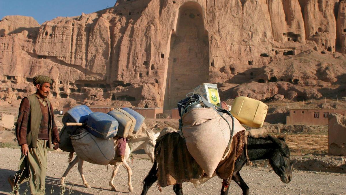 Al fondo, uno de los huecos que quedaron tras la voladura talibán en 2001 de los llamados Budas Gigantes de Bamiyán, en Afganistán.