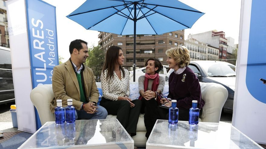 Aguirre pone un sofá en la calle para escuchar a los ciudadanos de Madrid