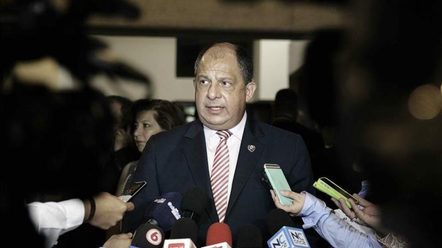 Presidente Solís niega que Costa Rica haya reducido protección a tiburones