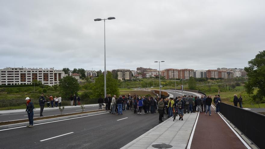 Ante la vigilancia de una guarda de seguridad, los manifestantes han invadido el vial para acceder al lugar donde se encontraba la casa de Amparo.