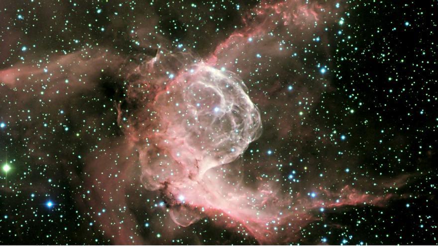 Sh2-298 o NGC2359, una de las nebulosas cuyo espectro se ha analizado en este trabajo. Combinación de imágenes en filtros B (azul), R (verde) y H-alfa (rojo), obtenidas con la Wide Field Camera del Telescopio Isaac Newton (INT), del Grupo de Telescopios ING, ubicado en el Observatorio del Roque de Los Muchachos (Garafía, La Palma). Crédito: Ángel R. López-Sánchez (AAO/MQU) y Sergio Simón-Díaz (IAC).