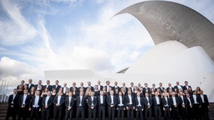 La Orquesta Sinfónica de Tenerife posa junto al Auditorio