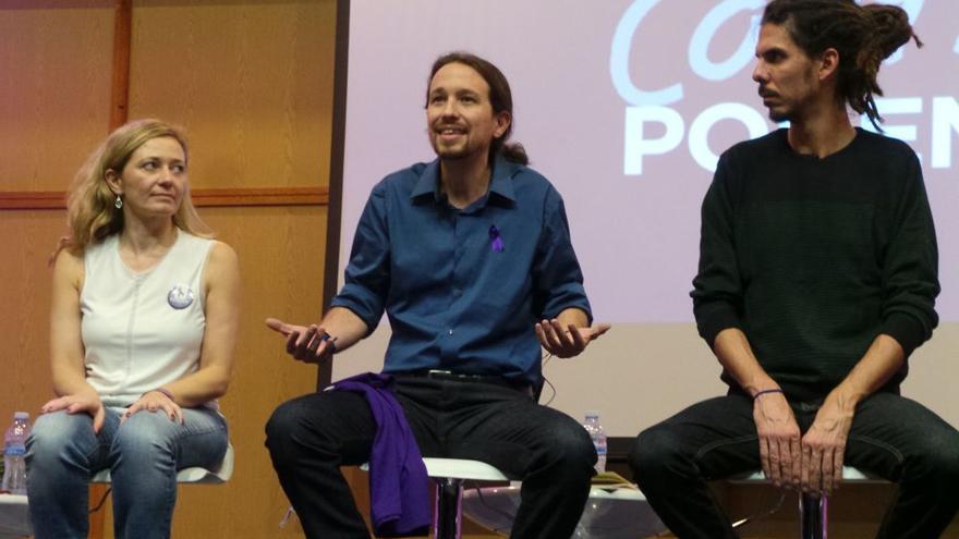 Los candidatos al Congreso por Santa Cruz y Las Palmas junto a Pablo Iglesias en un acto de campaña.