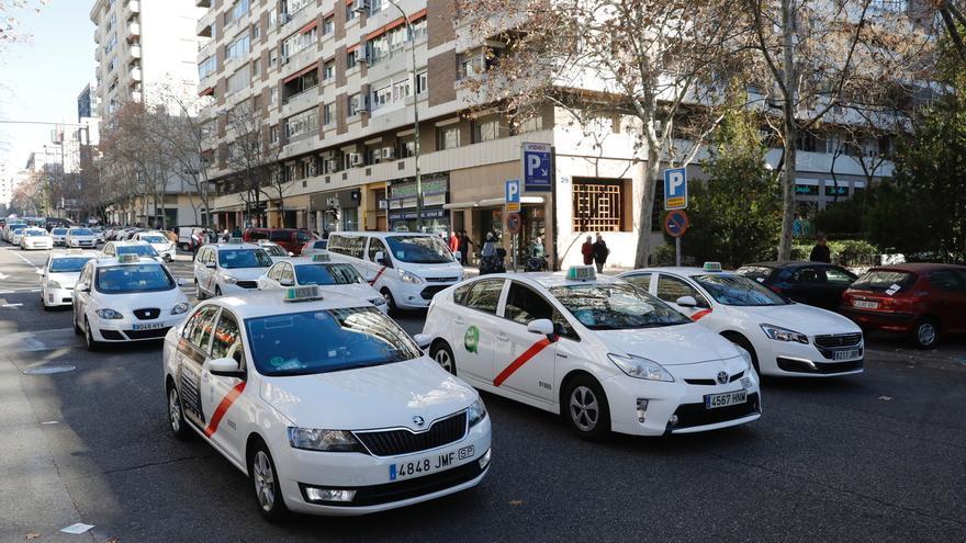 Más de 8.500 taxistas participan en el referéndum para decidir si se convoca un paro indefinido