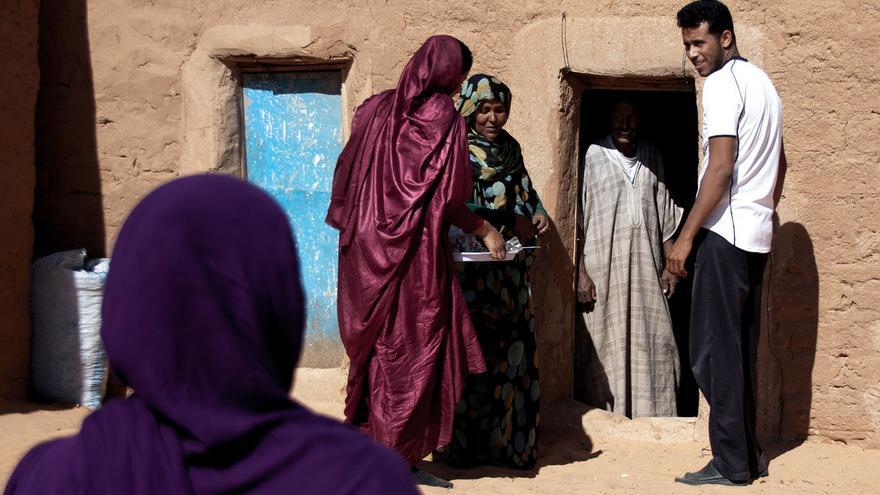 Saharahuis en el campo de Dajla, uno de los cinco campamento de refugiados situados en un espacio desértico cedido por Argelia. / Juan Luis Sánchez (2011).