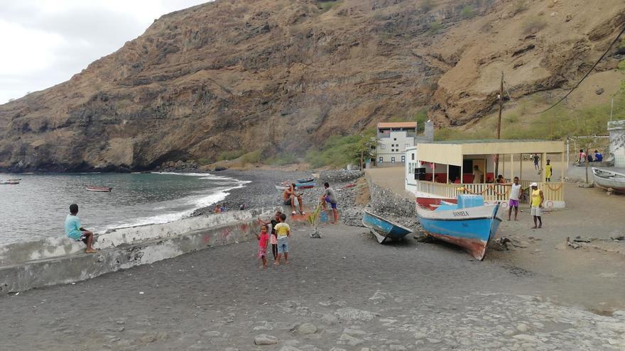 Pescadores en la playa negra de Tarrafal.