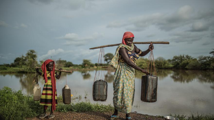 Achta Fadoul, transportando dos bidones de agua, vive en Midjiguir, a 23 kilómetros de Mangalmé, en la región de Guera (Chad) / FOTO: Pablo Tosco - Oxfam Intermón