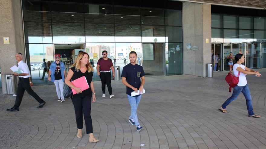Borja Casillas, Drag Sethlas, junto a su abogada, Isabel Saavedra. (ALEJANDRO RAMOS)