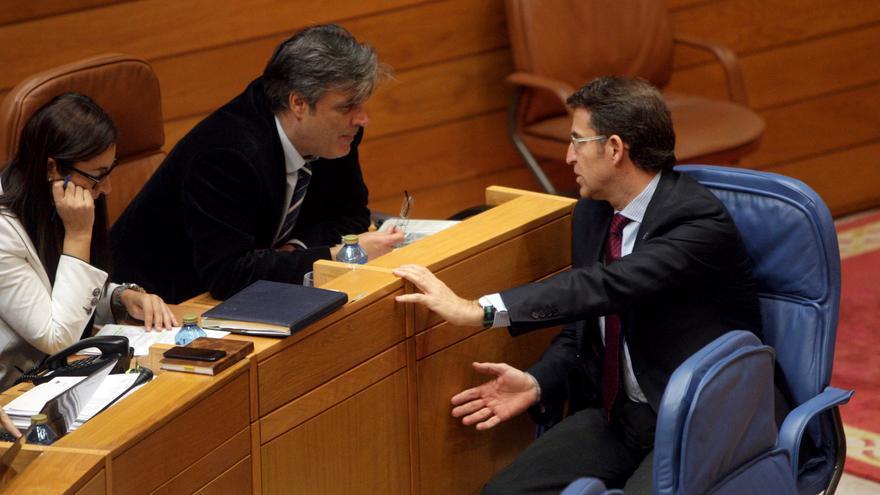 Feijóo conversa con el portavoz del PP durante el pleno