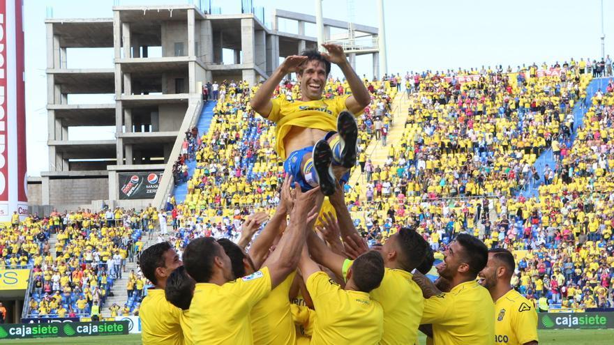 Juan Carlos Valerón es manteado por sus compañeros. (Alejandro Ramos).