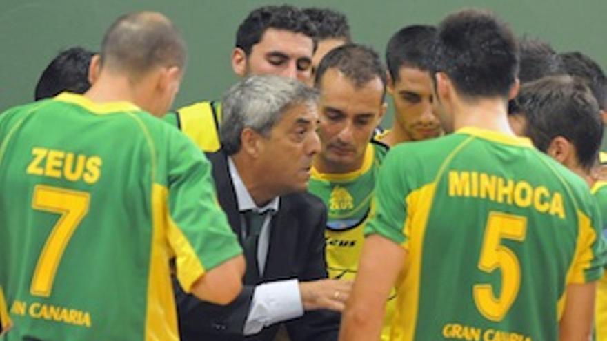 El técnico canario da instrucciones a sus jugadores.