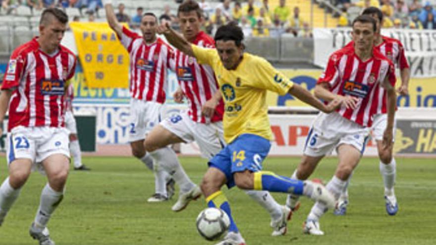 Javi Guerrero, en la imagen, rodeado por cinco futbolistas del Girona FC. (QUIQUE CURBELO / VS3-ACN PRESS)