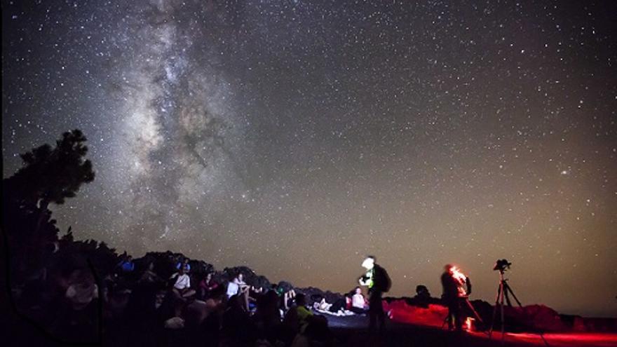 Imagen de archivo de un grupo de visitantes observando la Vía Láctea. Foto: JUAN ANTONIO GONZÁLEZ