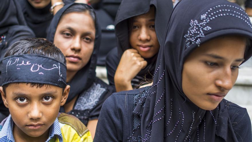 Mujeres y niños musulmanes presencian una ceremonia de origen religioso en las calles de Yangon, Myanmar.