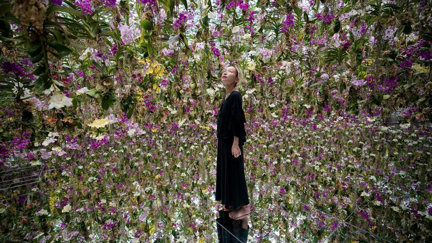 El colectivo teamLab propone fundirse con las flores en un jardín colgante
