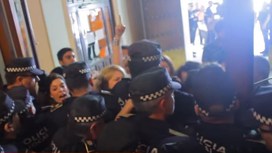Momento en que los trabajadores y concejales de IU y Participa fueron expulsados del Ayuntamiento por una veintena de policías locales, el pasado 7 de junio
