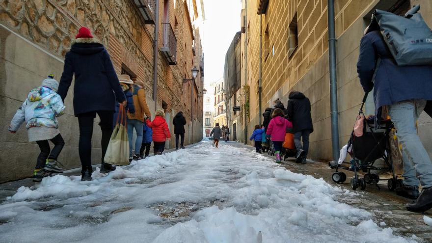 """Las familias critican la lentitud de Almeida al limpiar la nieve: """"Lo fácil es cerrar los colegios y que lo paguen los niños"""""""