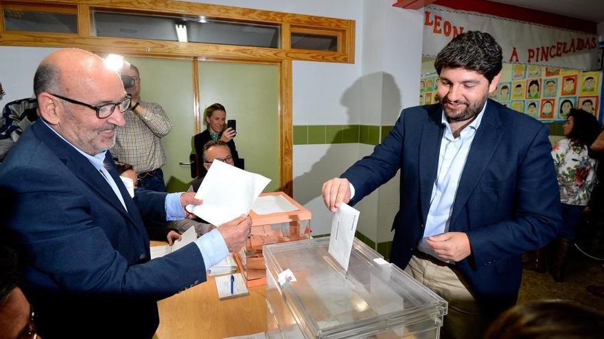 El presidente de Murcia, Fernando López Miras, votando en un colegio electoral en Lorca el 28-A