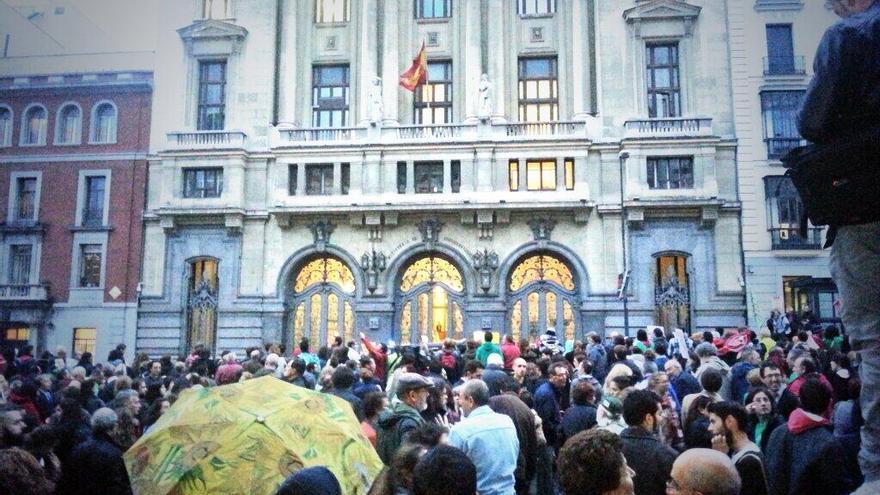 Los manifestantes, ante el Ministerio de Educación / @fanetin