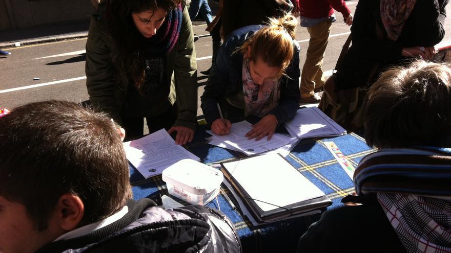 Recogida de firmas por dación en pago. / Alejandro López