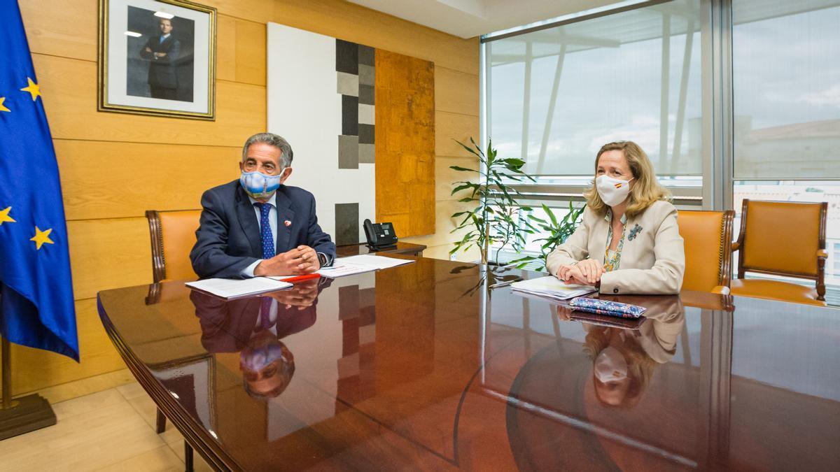 El presidente de Cantabria, Miguel Ángel Revilla, y la vicepresidenta de Asuntos Económicos, Nadia Calviño.