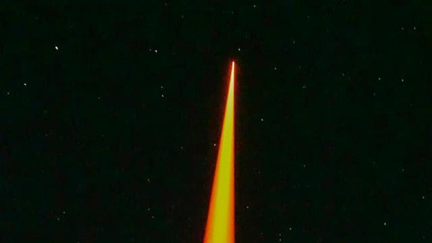 Imagen del láser de sodio  propagándose, desde el Roque de Los Muchachos, en la atmósfera baja.