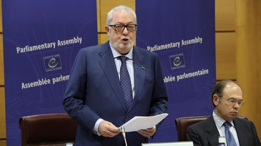 La Mesa de la APCE retira la confianza a Agramunt, que se niega a dimitir