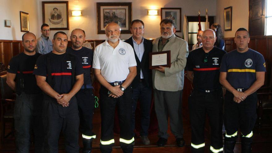 El alcalde de El Paso (centro), con miembros de Bomberos La Palma, este sábado. Foto. Bomberos La Palma.