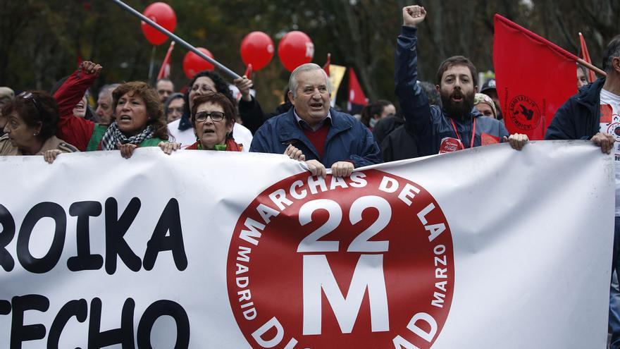 La concentración, muy heterogénea, arrancó hacia el Paseo del Prado pasadas las cinco de la tarde. Se sumaron hasta un centenar de organizaciones, formaciones políticas, agrupaciones y los dos sindicatos mayoritarios. \ Olmo Calvo