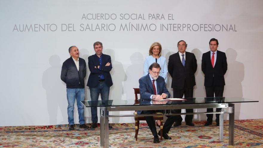 Mariano Rajoy firma el aumento del Salario Mínimo Interprofesional.