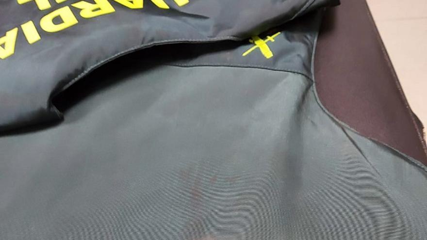 Dos asociaciones de guardias civiles reclaman más chalecos antibalas como el que salvó la vida a un agente en Gran Canaria