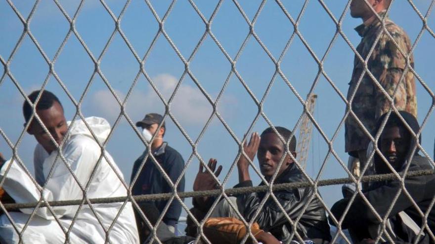 Trece marroquíes se cosen la boca para protestar por su internamiento en un centro en Italia