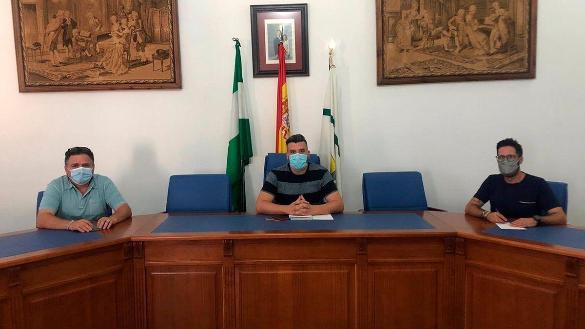 El alcalde de Palenciana, Gonzalo Ariza, en el centro.