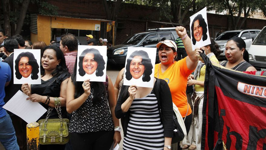Activistas alzan fotos de la líder indígena Berta Cáceres en una concentración tras su asesinato. Tegucigalpa, Honduras. | Foto: Fernando Antonio (AP)