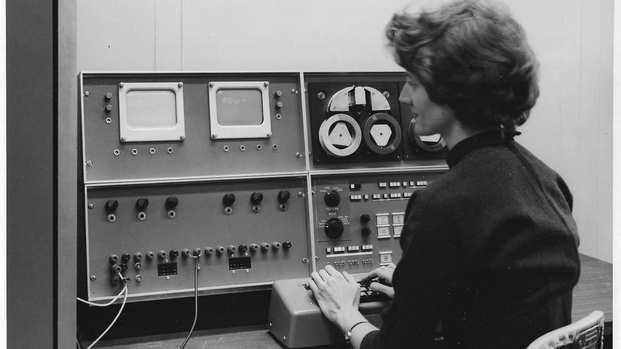 Mary Allen Wilkes, trabajando con el LINC en 1962