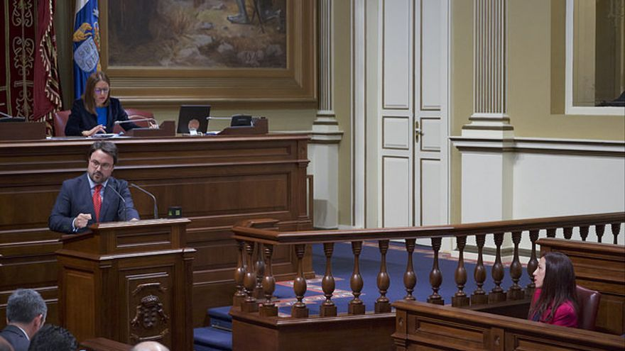 Asier Antona se dirige a Fernando Clavijo en el Debate sobre el Estado de la Nacionalidad Canaria. (FLICKR PARLAMENTO DE CANARIAS)