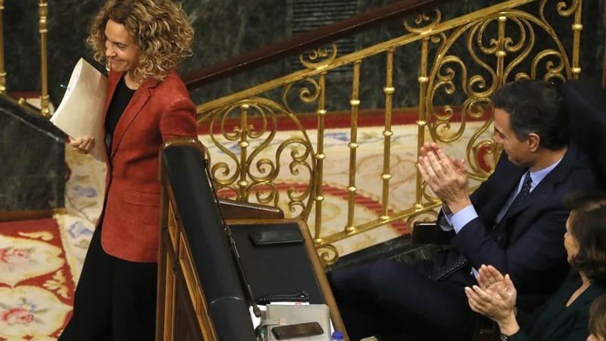 La diputada socialista por Barcelona Meritxell Batet, es aplaudida por el presidente del Gobierno en funciones, Pedro Sánchez, entre otros tras su intervención después de ser reelegida como presidenta del Congreso de la nueva legislatura, la XIV, al obtener 166 votos y superar a Ana Pastor, del PP, que ha sumado 140, en la sesión constitutiva de las Cortes.