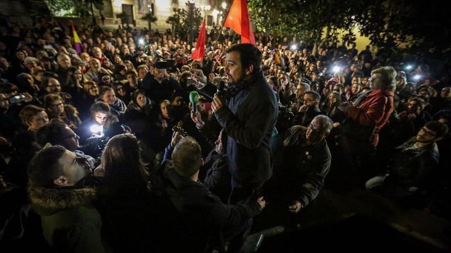 Alberto Garzón, tras el mitin en el teatro La Latina de Madrid, se ha dirigido en una plaza al millar de personas que se ha quedado sin sitio.