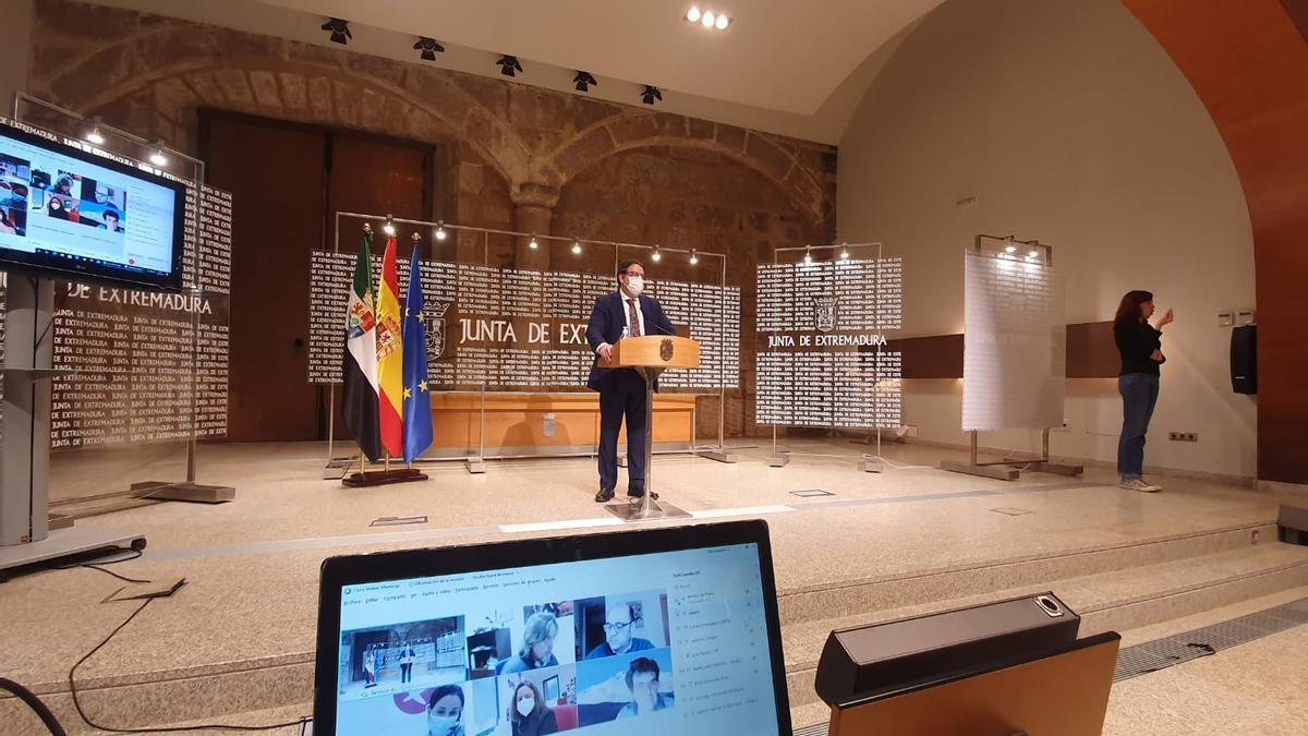 El consejero de Sanidad, José María Vergeles, durante la rueda de prensa de este miércoles en Mérida