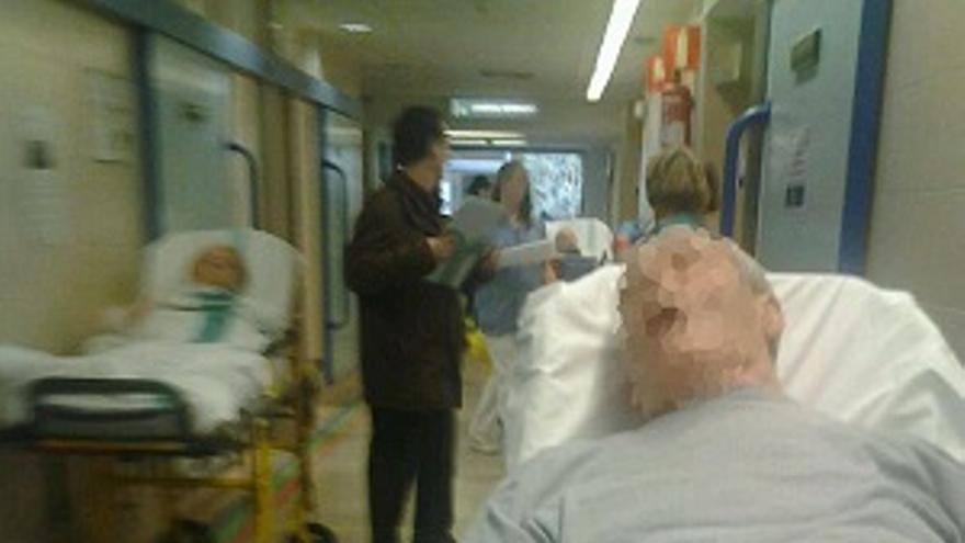 Pacientes hacinados en pasillos en el hospital de Guadalajara, febrero de 2014 / Foto: PSOE Guadajalara