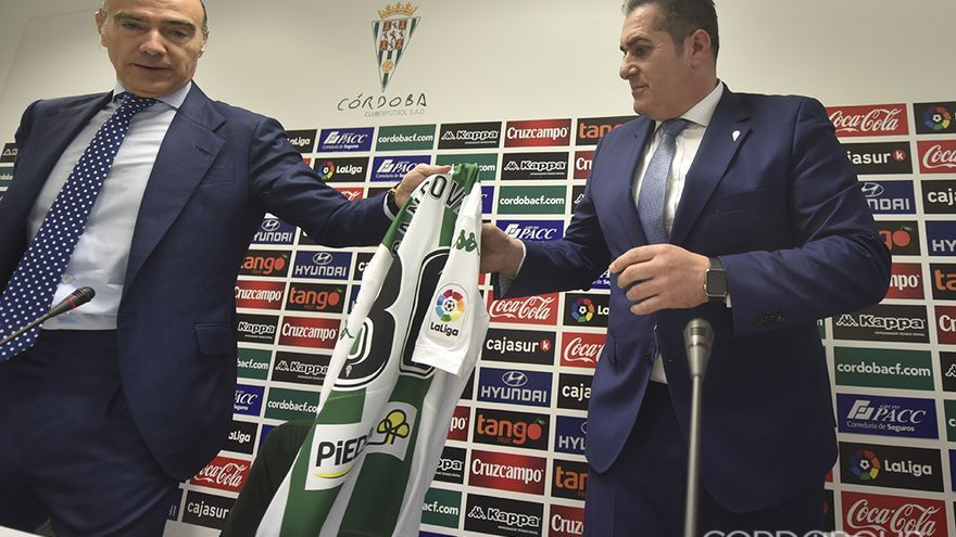 Oliver da una camiseta del Córdoba con el 30 a Sandoval | TONI BLANCO
