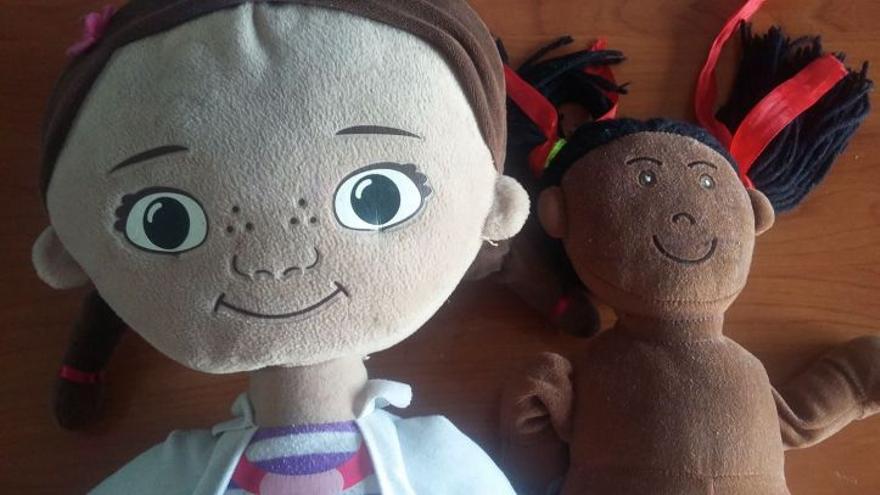 Muñecas de la hija de Antoinette. A la derecha la primera muñeca que tuvo. Fue comprada en una tienda online a una empresa extranjera. La otra es la doctora juguetes. Foto: Antoinette Torres.