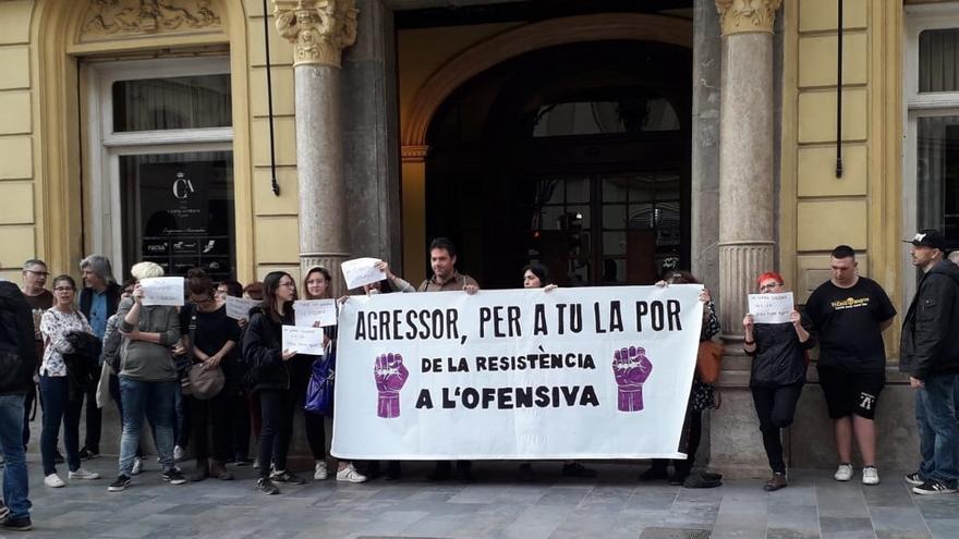 Colectivos feministas protestan a la entrada del acto en Castellón