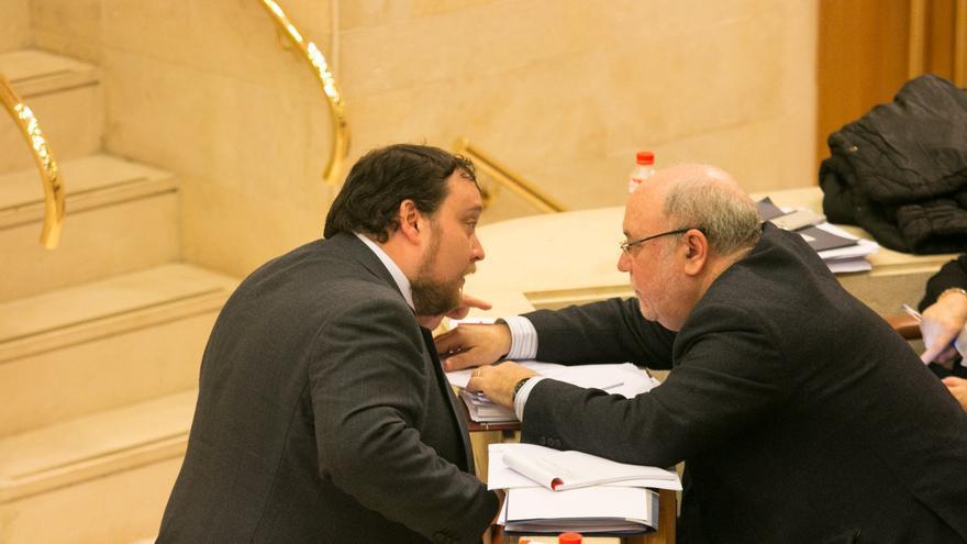 Rubén Gómez, portavoz de C's, y Juan José Sota, consejero de Economía. | ROMÁN GARCÍA