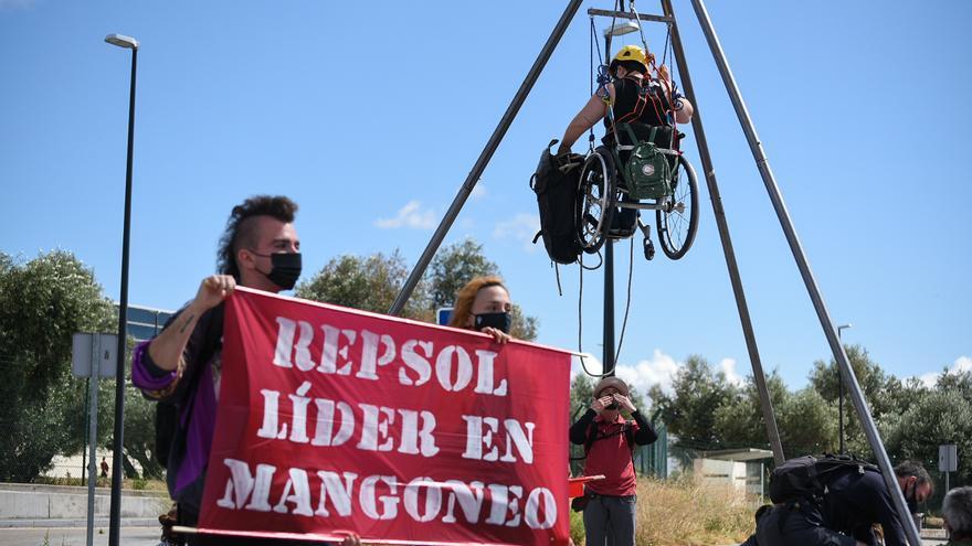 Activistas de Rebelión por el Clima bloqueando la entrada al laboratorio tecnológico de Repsol, en Móstoles (Madrid)