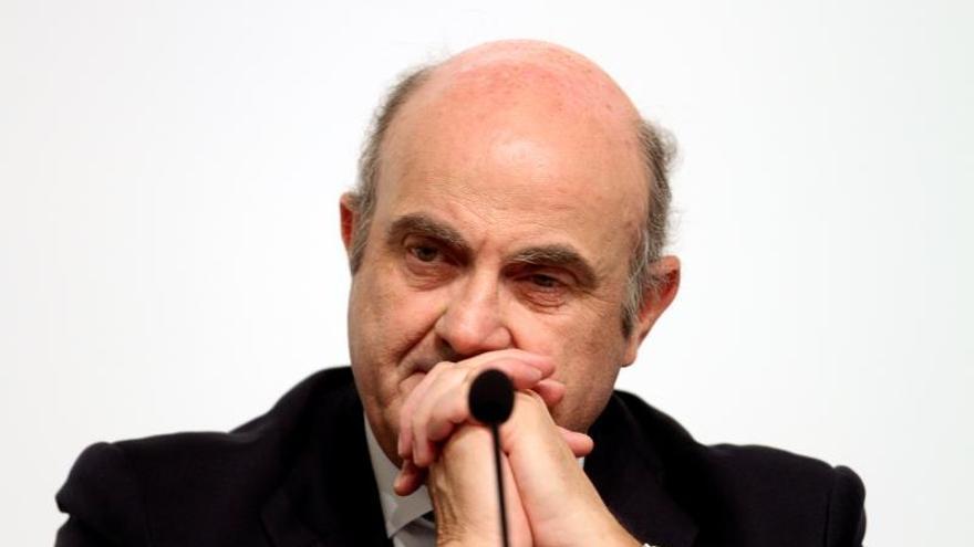 """Guindos advierte del riesgo de """"correcciones abruptas"""" en acciones y bonos"""