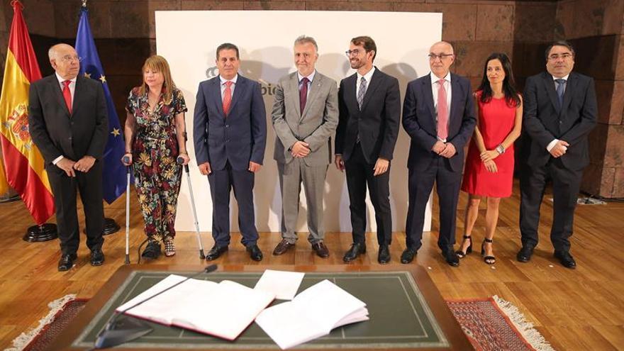 El presidente de Canarias, Ángel Víctor Torres(4i), presidió este miércoles la toma de posesión de siete altos cargos de la Presidencia. EFE/ Cristóbal García